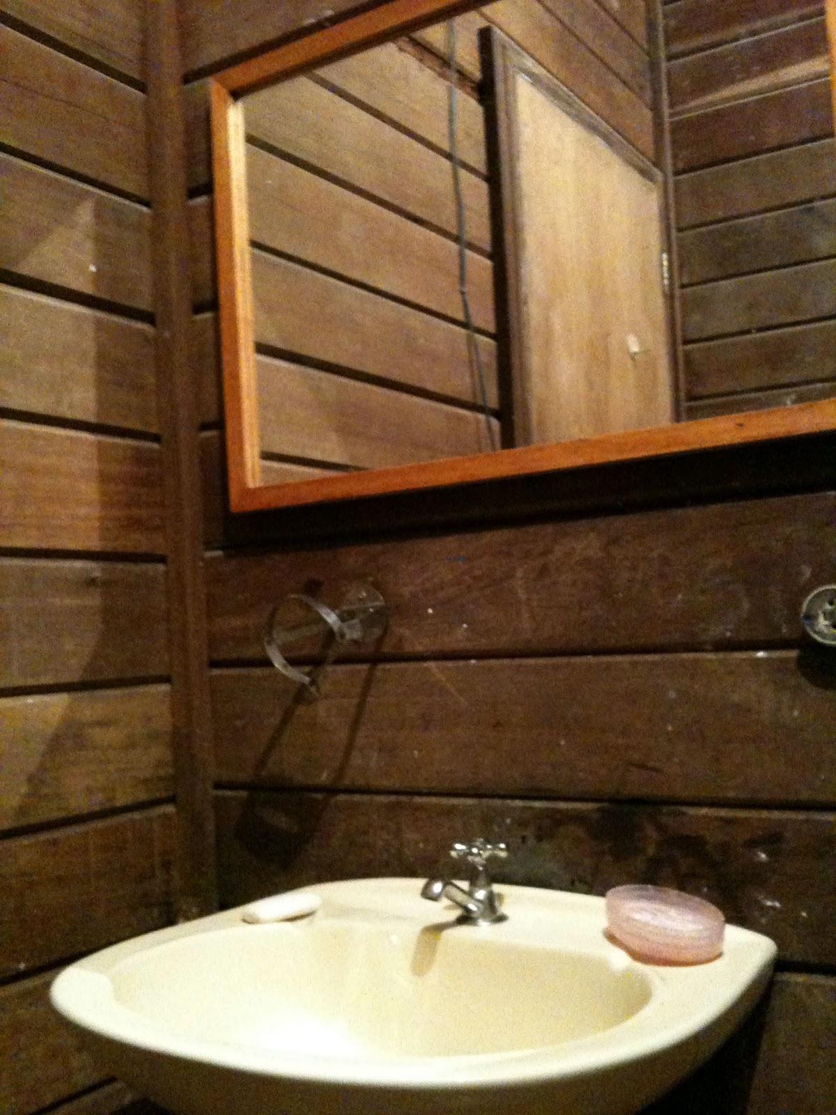 Se o problema no banheiro de fora era papel higiênico nesse tinha de  #BD7D0E 1200x1600 Banheiro Azulejo Metade