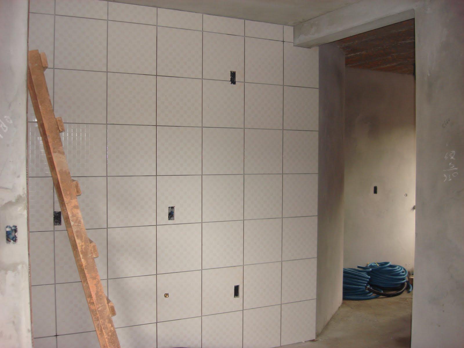 Parede da cozinha de um apartamento em dois tons de branco  #394E5C 1600x1200 Banheiro Com Azulejo Quadriculado