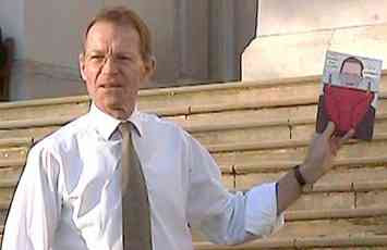 Sir Nicholas Serota on the steps of the Tate (2007) photo © Rick Friend