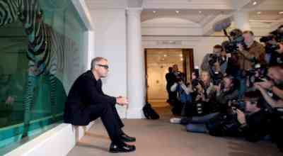 Damien Hirst posing for Photographers (8/9/2008)