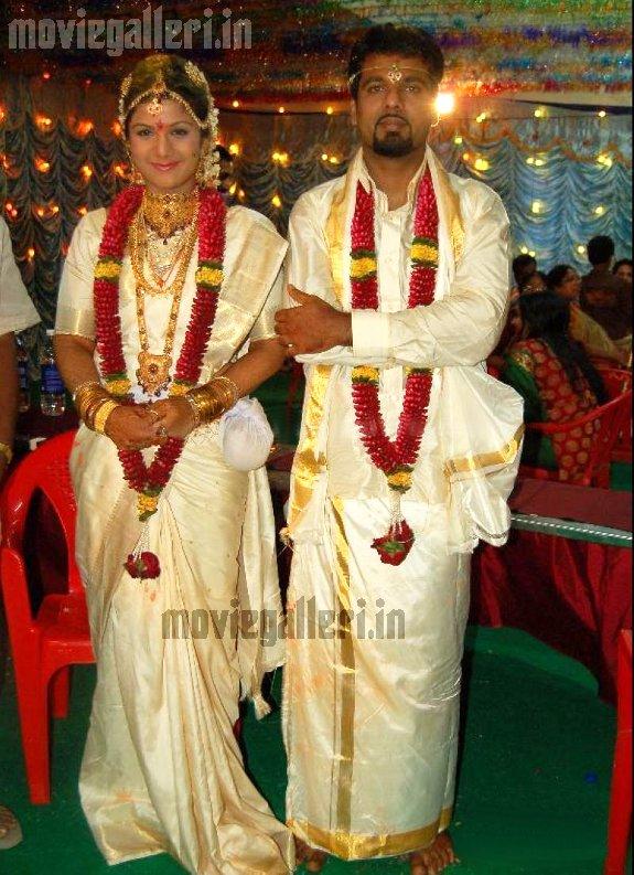 http://3.bp.blogspot.com/_kLvzpyZm7zM/S76ue2cz4VI/AAAAAAAAJN0/GY190WQ7KQM/s1600/Rambha_wedding_marriage_photos_pictures2.jpg
