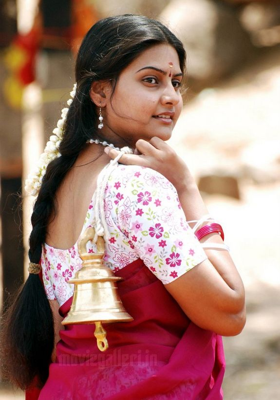 http://3.bp.blogspot.com/_kLvzpyZm7zM/S7GYUWnef2I/AAAAAAAAIkM/wMlo79wnMkY/s1600/actress-nandagi-latest-stills-pics-photos-01.jpg