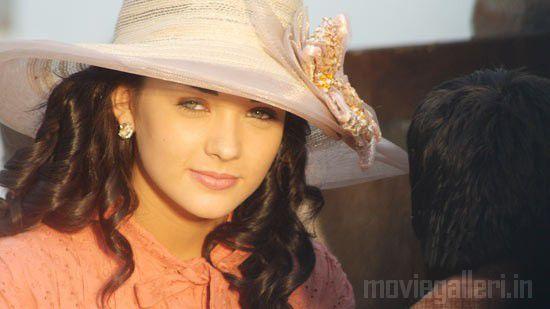 http://3.bp.blogspot.com/_kLvzpyZm7zM/S7g3AwZFX0I/AAAAAAAAI2E/v1HhlIw-IjE/s1600/Arya-Amy-Jackson-Madharasapattinam-movie-Stills-05.jpg