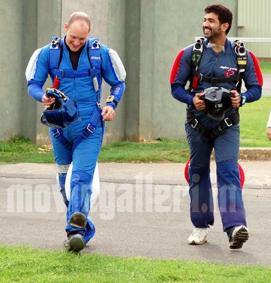 http://3.bp.blogspot.com/_kLvzpyZm7zM/S86fhrywfFI/AAAAAAAAKGc/jQgudUBY6mU/s1600/arun_vijay_skydiving_stills_photos_pics_04.jpg
