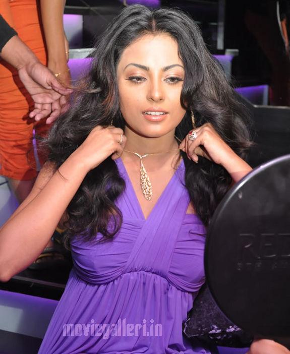 http://3.bp.blogspot.com/_kLvzpyZm7zM/S8VZFrjBfmI/AAAAAAAAJiU/9XSvrMHd5Ew/s1600/Tamil_actress_Meenakshi_Hot_Photo_Shoot_images_07.jpg