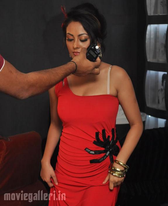 http://3.bp.blogspot.com/_kLvzpyZm7zM/S8VZR3qcRdI/AAAAAAAAJi0/kd6II9OsllY/s1600/Tamil_actress_Meenakshi_Hot_Photo_Shoot_images_03.jpg