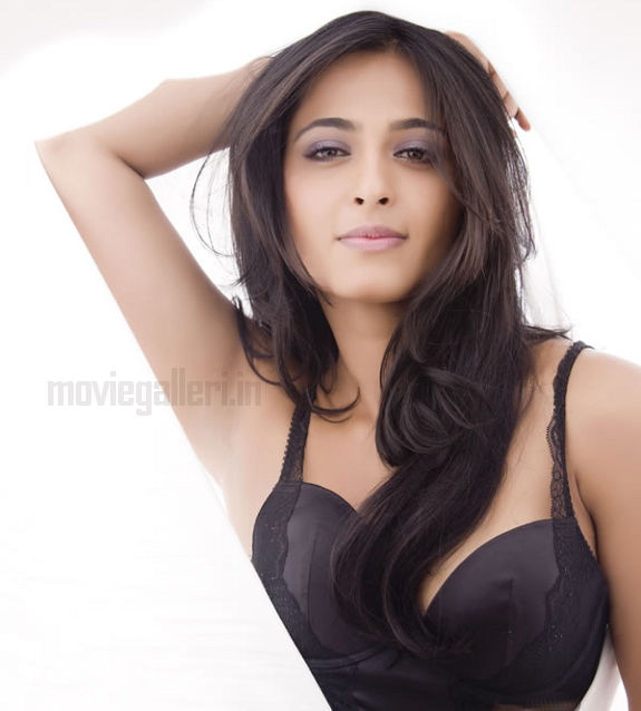http://3.bp.blogspot.com/_kLvzpyZm7zM/S8cfVbfoWLI/AAAAAAAAJok/7T9O7TYRQag/s1600/anushka_shetty_hot_photo_shoot_stills_images_pics_05.jpg
