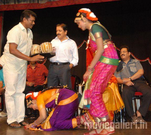 http://3.bp.blogspot.com/_kLvzpyZm7zM/S9WoZfzG_bI/AAAAAAAAKjc/CdZo4h4J1gc/s1600/Revathy-Harita-dhananjayan-Bharathanatyam-arangetram-05.jpg