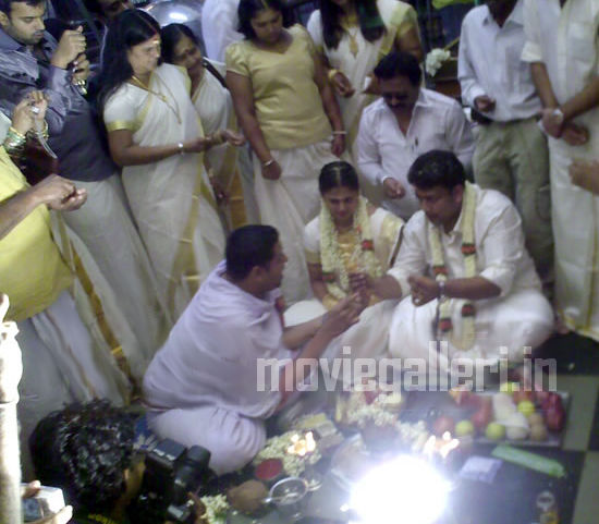 http://3.bp.blogspot.com/_kLvzpyZm7zM/S9t71w3WwtI/AAAAAAAAK_I/ugztnmqUVgU/s1600/sindhu-menon-wedding-marrisge-pics-photos-02.jpg