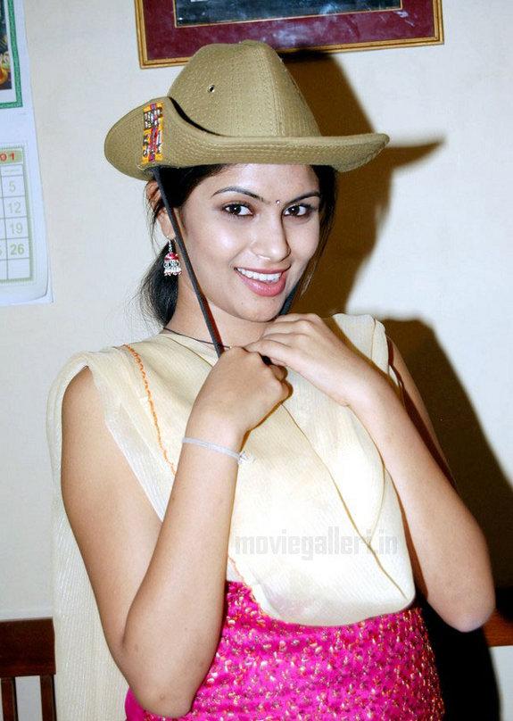 http://3.bp.blogspot.com/_kLvzpyZm7zM/TEfxN1ZiNZI/AAAAAAAAS7o/Hdls8zoknwY/s1600/Actress_Sonu_Chandrapaul_Stills_10.jpg
