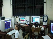 Estudiantes de  1ro A Básica 1 en el centro de Infórmatica
