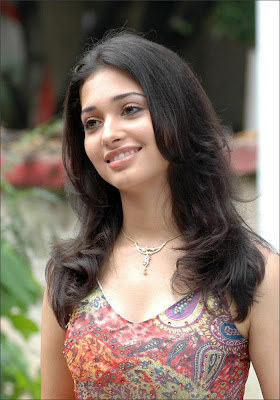 Tamanna showing her boob