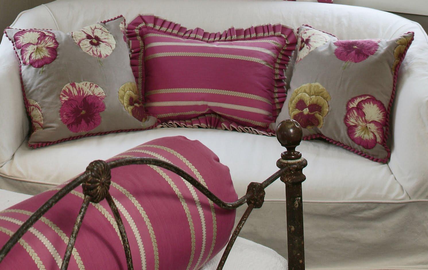 http://3.bp.blogspot.com/_kSroCbdNCC4/THQjMzEVfHI/AAAAAAAADoc/pZm3Jwgqyco/s1600/Andy%27s_rm_1+pillows(Abbott).jpg
