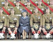 Attends que la reine la voit!