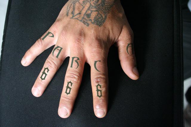 tatuaje en los nudillos. diseño de tatuaje para nudillos y foto montaje previo al maquillaje.