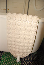 The ceramic mat, placed at the bottom of the bath tub