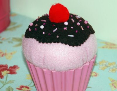 [Vickie's+cupcake+pincushion]