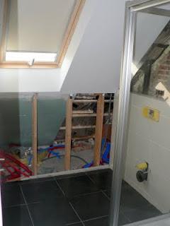 Ons huisje ingemaakte kasten geplaatst - Badkamer onder het dak ...