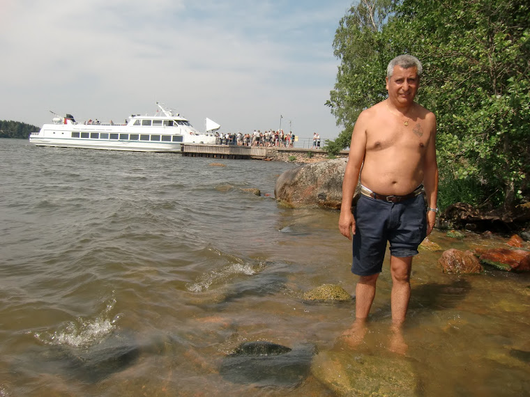 Frias aguas del Lago Mälaren, al fondo pasajeros que regresan