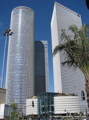 круглый, квадратный и треугольный небоскребы в Тель-Авиве, Израиль. Солнечный день. Skyscrapers in Tel Aviv. Sunny Day.