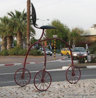фигура велосипеда на улице Ришон Ле Циона. Bicycle shape on a street