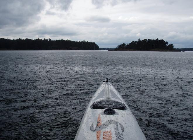 Regn på Marsviken på väg mot Tallholmen