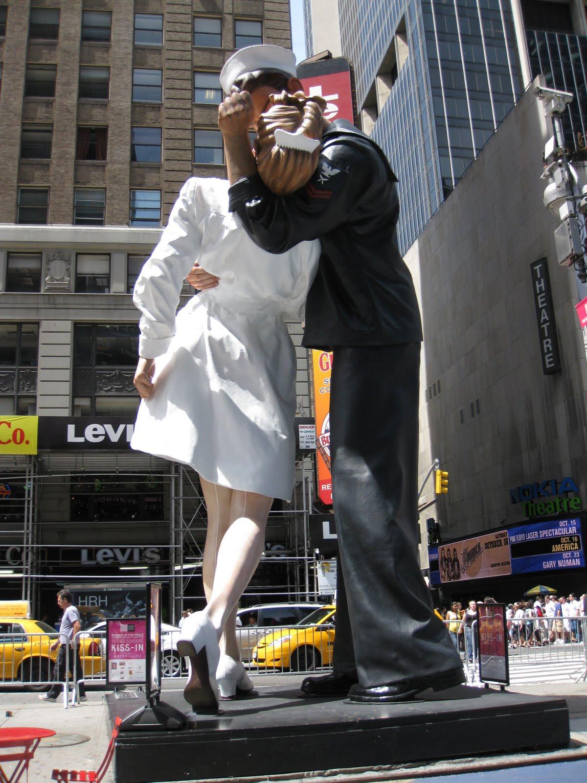 http://3.bp.blogspot.com/_kng9nNTclfs/TGhqToxSB1I/AAAAAAAABYs/xQ59qv5UEq0/s1600/Kiss_sculpture_TimesSquare_01.JPG
