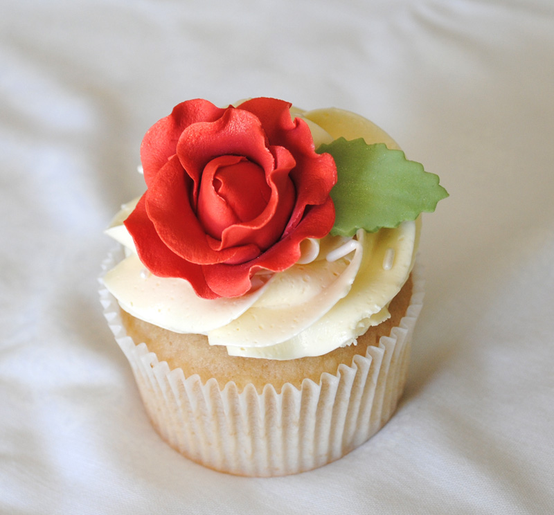 Leanne bakes: Flowers and Wedding Cupcakes