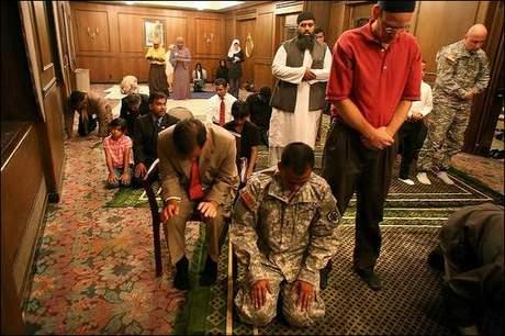 Američtí muslimští vojáci se modlí v mešitě.