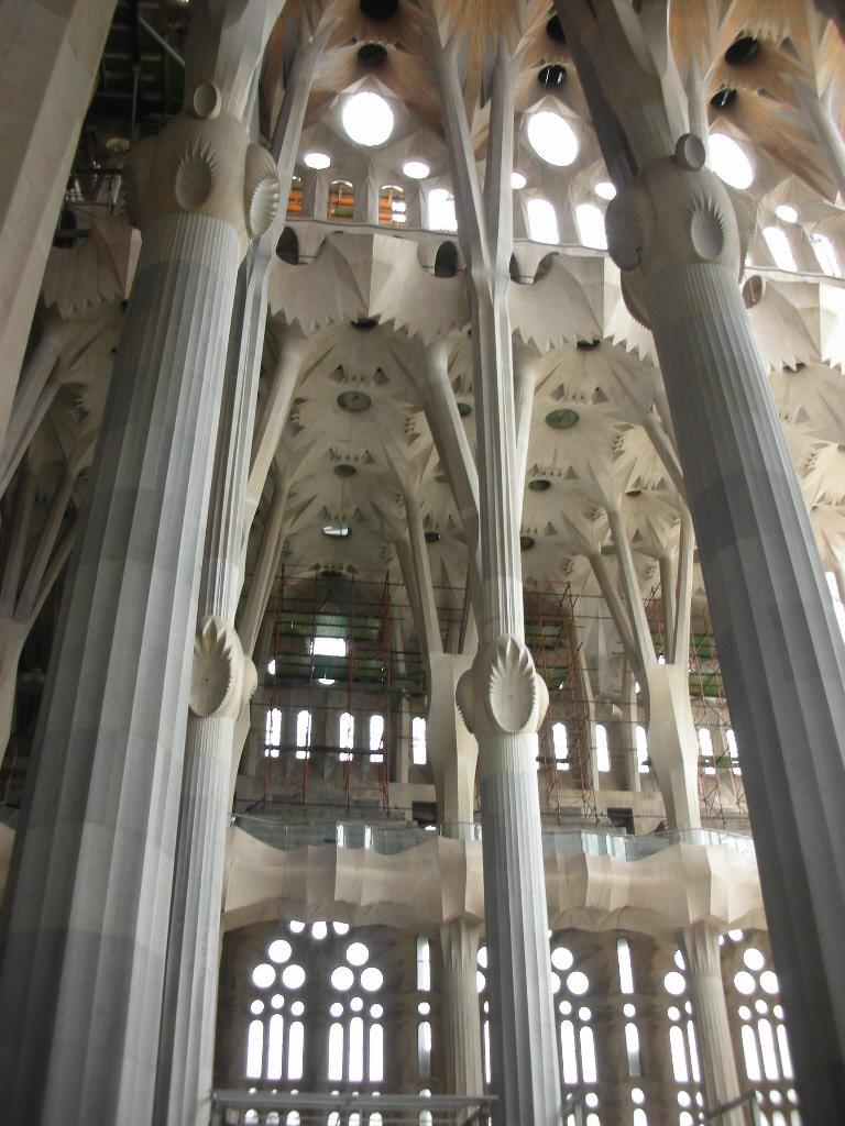 El tablero de piedra el cantero de los pilares de la tierra for Interior sagrada familia