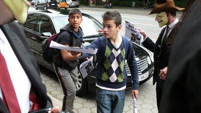 Kinder verteilen Scientology Propaganda