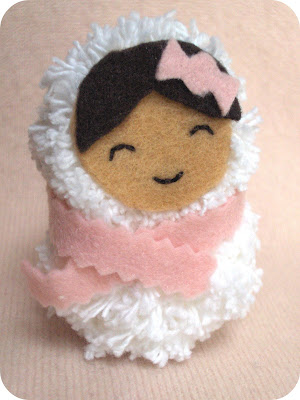 Куколка из помпончиков.  Вот такая милая кукляшка из помпонов.  Даже и не знаю, зачем бы она мне понадобилась.