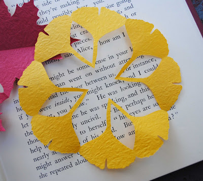 http://3.bp.blogspot.com/_kyYaMHB4tGw/TKAWOVfDBxI/AAAAAAAAFSM/YPA9urVuvfk/s1600/leaf+kirigami+2.jpg