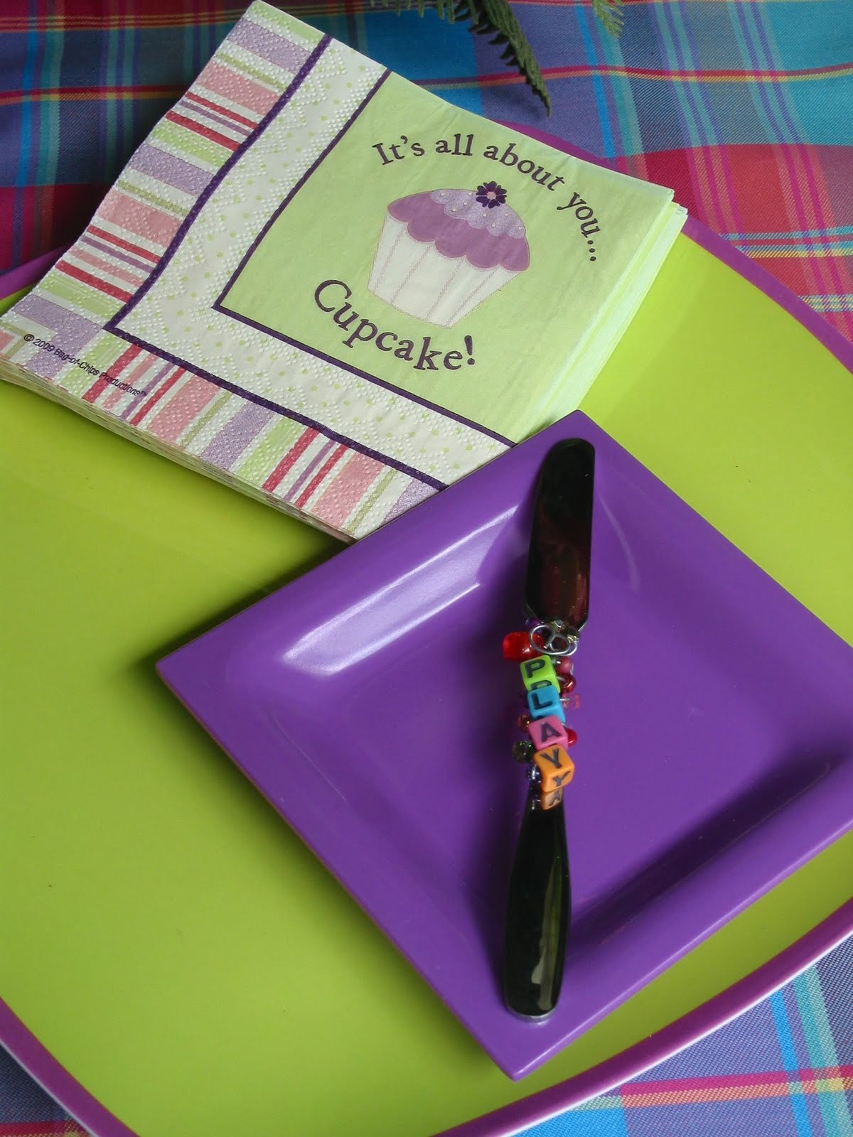 http://3.bp.blogspot.com/_l-1XJZWoSQU/TFDf_0FBOwI/AAAAAAAAHts/Qx4wn4z5nrA/s1600/Cupcake+plate,+napkin+%26+spreader+set.JPG