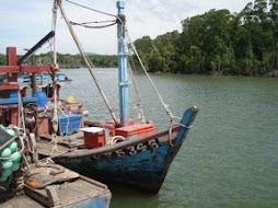 Nelayan Kecil Di Laut Luas