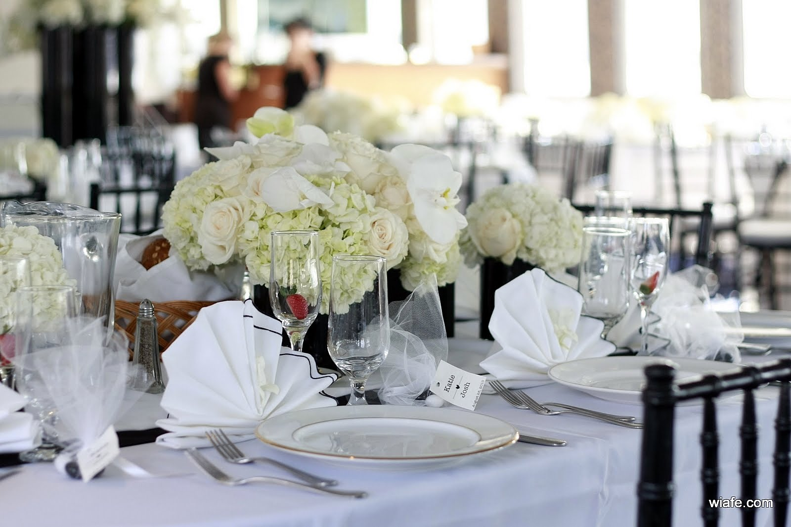 City blossoms late afternoon wedding on the atlantis yacht for Wedding reception table arrangement ideas