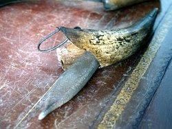 Il corno e la pietra per affilare la falce. Foto di Andrea Mangoni.