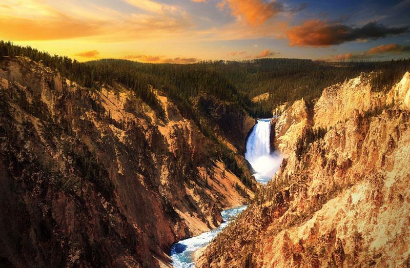 Lower Falls Berada Tepi Sungai Yellowstone Dalam Kawasan Terkenal