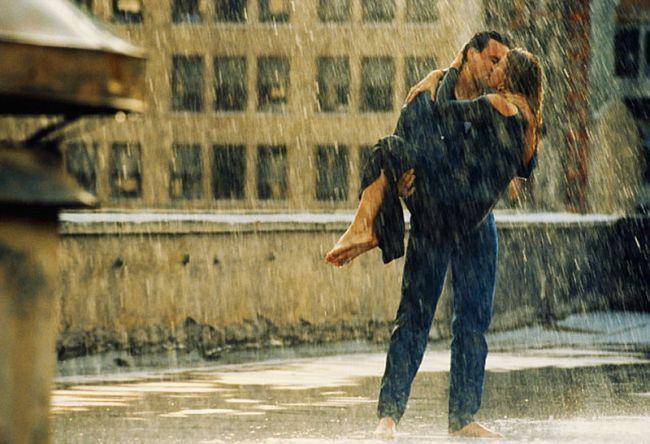 Pareja Besandose Bajo La Lluvia