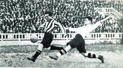 Travieso en el momento de marcar en Las Corts el único gol del partido. Era el minuto 30.