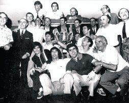 Jugadores y directivos posan con el trofeo conquistado ante el Castellón