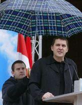 [Otegui+bajo+paraguas.jpg]