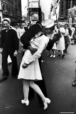 The V-J Day Kiss, Times Square