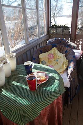 kuistilta löytyy usein aurinkoinen pöytä