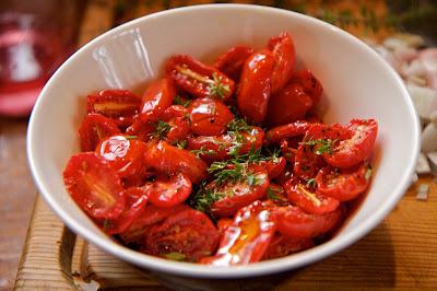 yrttien kanssa marinoidut tomaatit