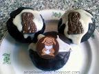 Sacher muffin recept, tejtermék mentes, húsvéti sütemény, baracklekváros valamint étcsokis tésztával, csokoládémázzal és nyuszi csokoládé lapkákkal a tetején.