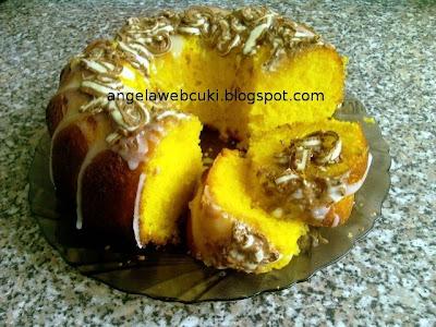 Citromos kuglóf, kevert tésztás, tejtermék mentes sütemény, citrommázzal leöntve és csokiforgáccsal megszórva.