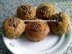 Áfonyás répás muffin, gyömbéres étcsokoládés áfonyás sárgarépás tésztával, csokoládé lapokkal díszítve.