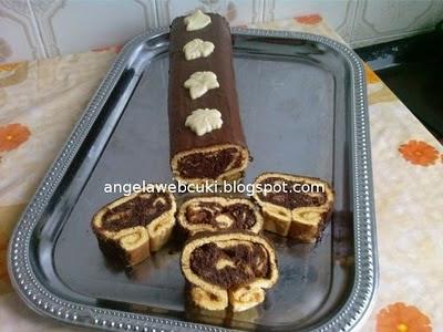 Puncsos tekercs recept, tejtermék mentes, rumos, lekváros sütemény, csokoládémázzal lekenve.