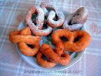 Perec csöröge tésztából, vaníliás porcukorral megszórva, gyorsan és könnyen elkészíthető fánk.